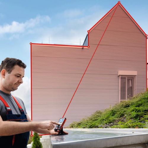 persona usando un distanciometro laser